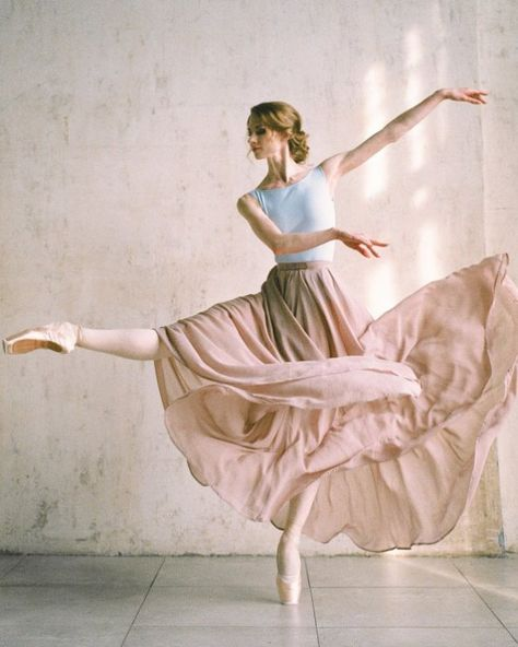 Tuesday, June 2018 – Ballet: The Best Photographs Dance Picture Poses, Dance Photo Shoot, Dance Poses, Ballet Pictures, Dance Pictures, Dance Baile, Dance Photography Poses, Ballet Dancers, Ballerinas
