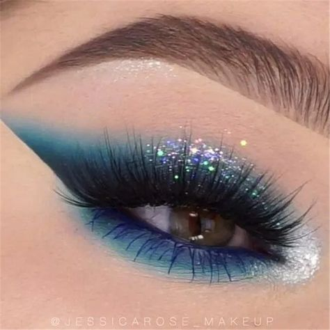 Sparkling Holiday Eye Makeup Ideas With Glitter You Should Try; Holiday Makeup; Holiday Makeup Looks; Holiday Smoking Eyes; Sparking Eyes; Glitter Eyes; Glitter Eye Makeup;