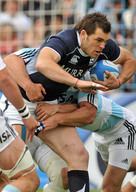 Sean Lamont (Scottish rugby player, b. looks to force an opening