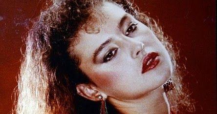 شاهد بالصور مونيكا بيلوتشي ابنة 18 رغم تجاوزها الخمسين من العمر لا تزال النجمة الإيطالية الحسناء مونيكا بيلوتشي أيقونة للجما In 2020 Earrings Hoop Earrings Jewelry