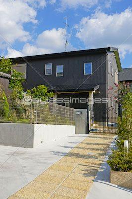 玄関アプローチが長い住宅の写真 イラスト素材 Gf2330621414