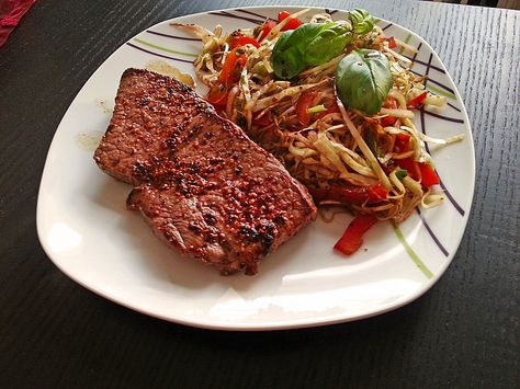 Rinderhüftsteak mit kurz angebratenem Kraut-Paprika-Lauchzwiebelgemüse