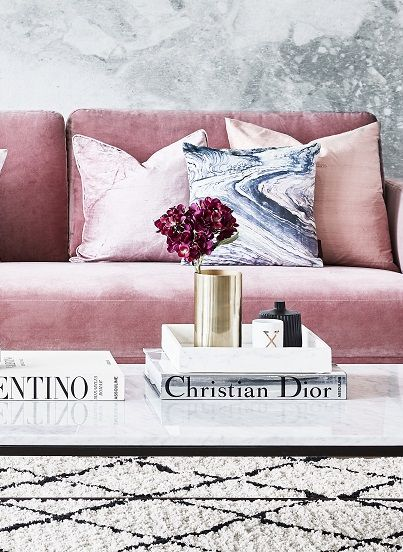 Unser Lieblings Samt Sofa In Rosa Hier Kombiniert Mit Trendigen Marmorkissen