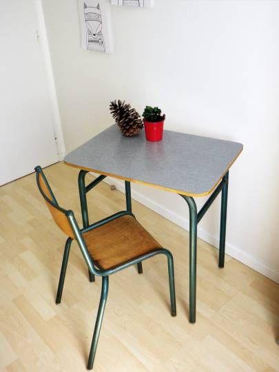 Ensemble formica jaune d\u0027or composé de  1 table, 3 chaises et 1