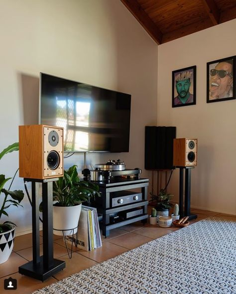 Our weekly feature is here. Thank you @djgavinboyd for showing us your Harbeth's . We hope you have a good weekend listening to your speakers. Keep them coming in. #Harbeth #featureFriday #Audio #speaker #music #hifi #Fridayfeeling #bbc #UK ow.ly/UamX30kW9Cp