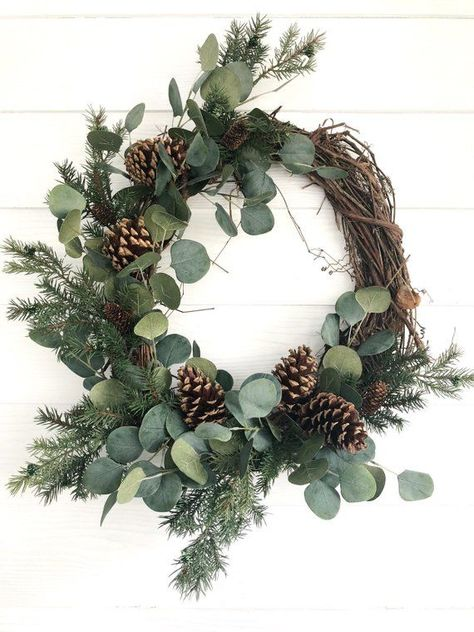 Eucalyptus and Pine Winter Wreath, Rustic Christmas Wreath, Farmhouse Christmas . Eucalyptus and Pine Winter Wreath, Rustic Christmas Wreath, Farmhouse Christmas Eukalyptus-und Kief Christmas Door Wreaths, Holiday Wreaths, Christmas Crafts, Holiday Decor, Winter Wreaths, Simple Christmas Decorations, Christmas Flowers, Christmas Design, Christmas Trees