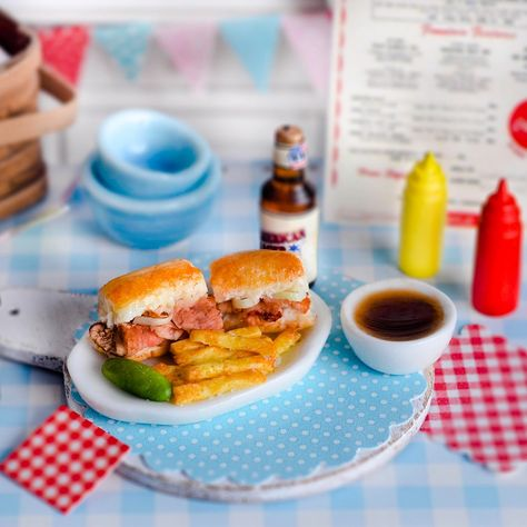 Miniature Roast Beef Sandwich with Dipping Sauce Miniature Kitchen, Miniature Crafts, Miniature Food, All The Small Things, Mini Things, Tiny Food, Fake Food, Frozen Waffles, Barbie Food
