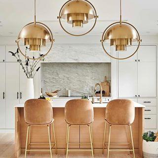When Your Kitchen Is Impactful You May Actually Want To Cook In It Loving The Bold Lighting Paired With Pereplanirovka Kuhni Sovremennaya Kuhnya Ukrashenie Kuhni
