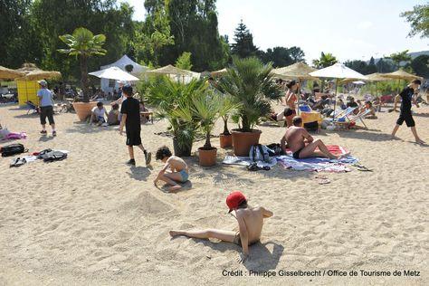 Metz Plage (2) | Une véritable plage de sable fin s'installe au Plan d'Eau pour célébrer l'été. Un air de vacances avec parasols, transats, bassins, animations sportives… Fin juillet-fin août, au plan d'eau  Découvrez la en venant nous rendre visite :-) !