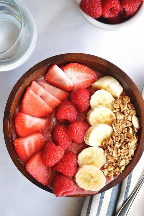 Banana Berry Acai Bowl Filling healthy sweet fruity breakfast bowl made with Acai banana strawberries and raspberries Healthy Fruits, Healthy Snacks, Healthy Recipes, Diet Recipes, Chicken Recipes, Filling Healthy Foods, Healthy Food For Dinner, Potato Recipes, Healthy Drinks