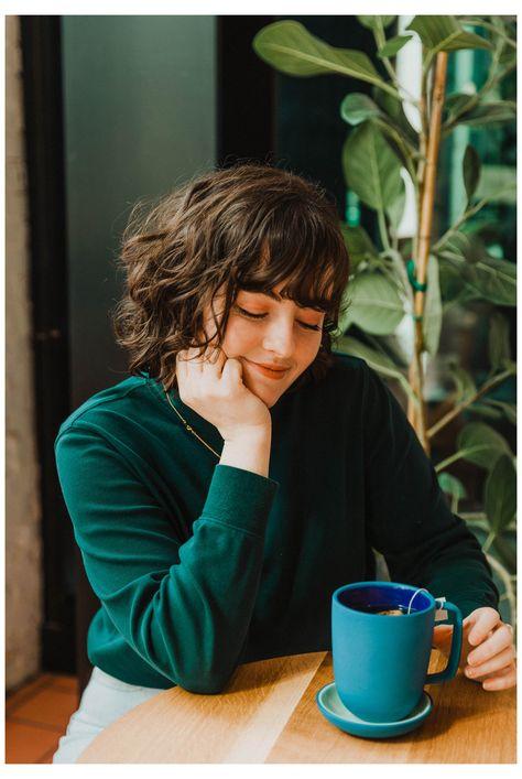 Creative Portrait Photography, Photography Poses Women, Creative Portraits, Coffee Girl, Coffee Lab, Coffee Shop Photography, Shooting Photo, Girl Photo Poses, Photoshoot Inspiration