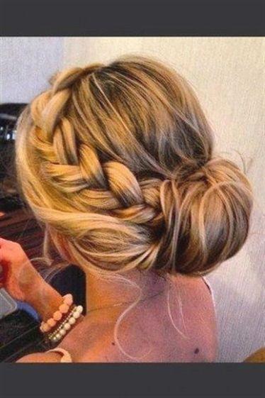 Von Romantisch Bis Trendig Das Sind Die Schonsten Abiball Frisurenist Das Abschlusszeugnis Endlich In Der T Frisur Hochgesteckt Hochzeitsfrisuren Frisur Ideen