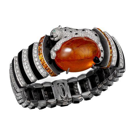 Siti e boutique online ufficiali di Cartier, celebre Maison francese di gioielleria e orologeria di lusso. Anelli di fidanzamento, fedi, acc...