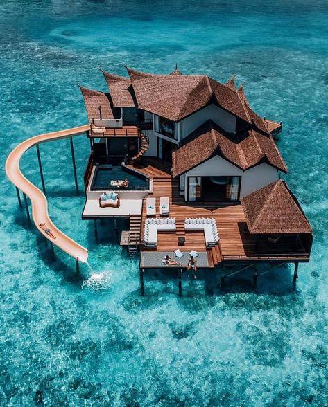 Une villa sur pilotis avec toboggan du complexe hotelier Jumeirah Vittaveli sur l'île de Bolifushi, aux Maldives. Une nuit dans cette maison privée (Private Ocean Retreat with Slide) coute plusieurs milliers de dollars (par exemple 5000$ au mois d'octobre).
