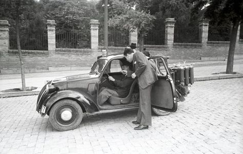 1944. Fiat 500 Topolino equipado con un gasógeno en la Cuesta de Moyano. Archivo Regional Comunidad de Madrid