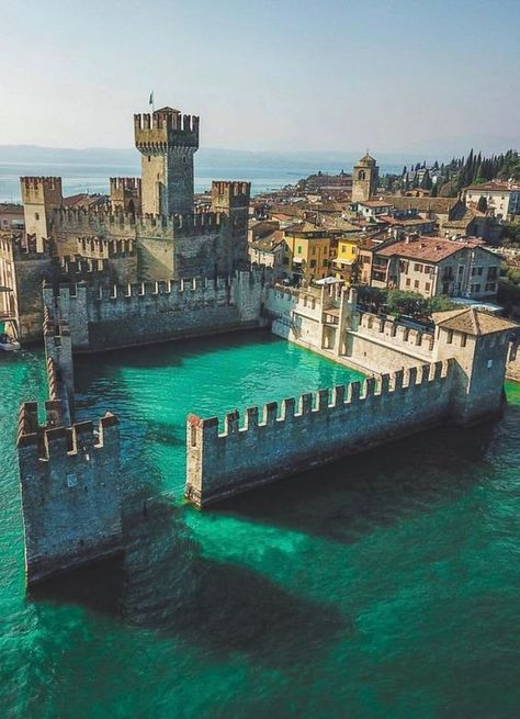 Sirmione en Italie. #sirmione #italie #voyage #blogvoyage #patrimoine #histoire #forteresse