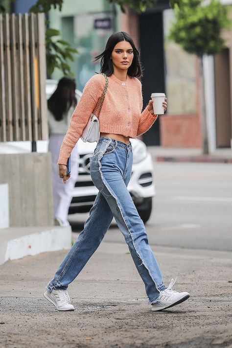 Kendall Jenner flaunts her tiny waist in cropped coral sweater Abs-olutely fabulous: Kendall Jenner showed why she's the world's top model on Tuesday, when the stepped out for a coffee in West Hollywood while flashing her impossibly tiny waist Italian Street Style, Nyc Street Style, Rihanna Street Style, European Street Style, Looks Street Style, Street Style Summer, Street Styles, Street Style Around The World, York Street
