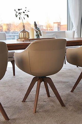 Cara I Kombiniert Mit Warmen Holztonen Ladt Cara Zu Gemutlichen Abenden Ein Esstisch Stuhle Sessel Stuhle