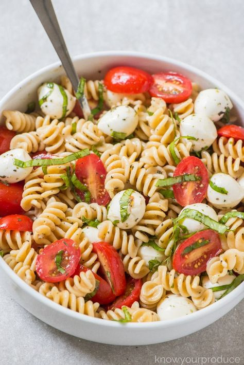 Make this Caprese Pasta Salad for a delicious vegetarian pasta salad recipe. Everyone will love this easy pasta salad inspired by Caprese Salad. salad recipes healthy lunch ideas Caprese Pasta Salad - Know Your Produce Vegetarian Pasta Salad, Caprese Pasta Salad, Easy Pasta Salad, Pasta Salad Recipes, Vegetarian Recipes, Healthy Recipes, Healthy Pasta Salad, Pasta Salad For Kids, Salade Caprese