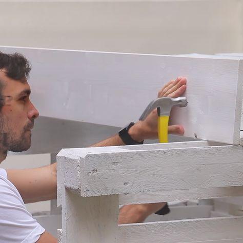 DIY-Projekt für den Garten: Strandkorb aus 8 Europaletten selber bauen. #paletten #diy #strandkorb