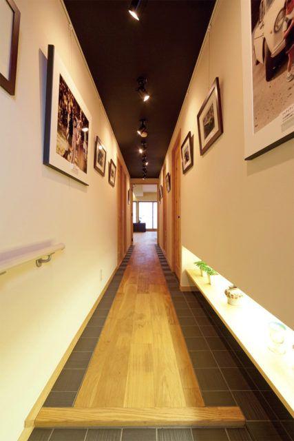 天井にスポットライトを取付 長い廊下にピクチャーレールを配置し