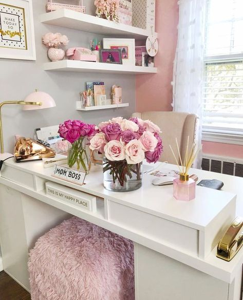 25 Chic Office Desk Arrangements You Need to Copy Now Vol Get inspired to design your own chic office desk. Twenty five chic office desk ideas you need to copy now. Home Design, Home Office Design, Home Office Decor, Office Desk, Office Style, Mini Office, Gold Office, Office Spaces, Work Spaces