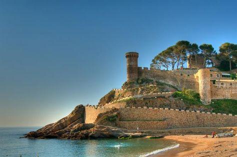Playa Y Castillo En Tossa De Mar Viajar Por España Vacaciones España Vacaciones