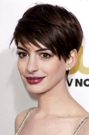 Anne Hathaway pulls off short hair with ease.  @ http://seduhairstylestips.com