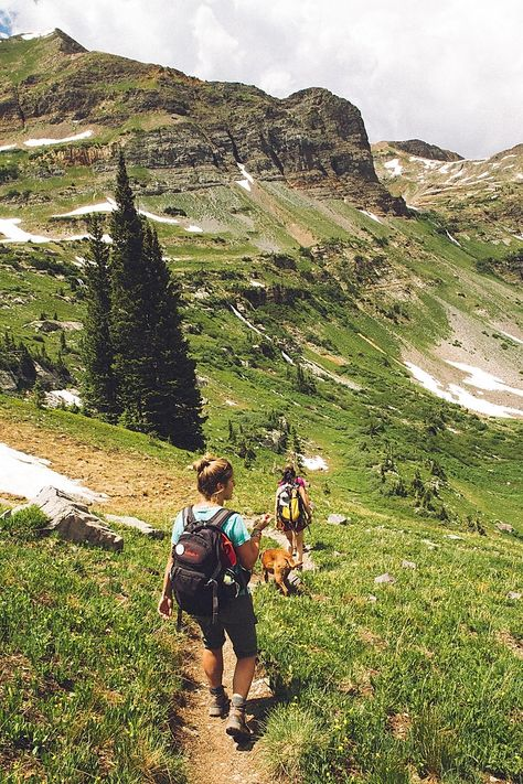 Be sure to take the Hiking 10 essentials on every hike! Stay safe and enjoy your outdoor adventure with this list of essential hiking gear. Hiking Tips, Hiking Gear, Hiking Checklist, Hiking Food, Hiking Europe, Foto Snap, Voyager C'est Vivre, Colorado Trail, Colorado Backpacking