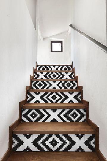 Un escalier rafraîchi par du papier peint noir et blanc