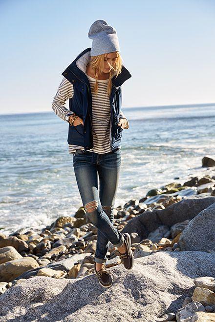 Cooler Look: Mütze mit Zöpfen, Jeans, Ringelshirt und Weste