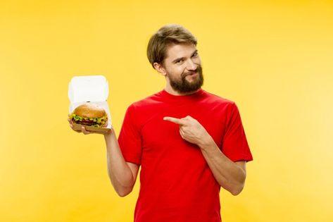 Joven con una jugosa hamburguesa en sus ...   Premium Photo #Freepik #photo #comida #negocios #personas #hombre