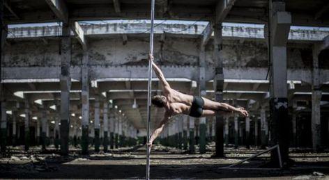 ¿El pole dance es sólo para mujeres? Él te demostrará que no