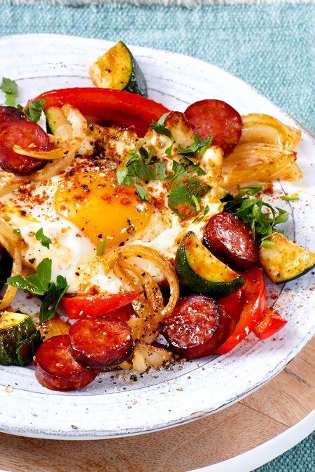 Wenig Zutaten - ganz großer Low-carb-Genuss aus der Pfanne! Dieses Gröstl mit knackigem Sommergemüse, Würstchen und Ei on Top solltest du probieren.  #lowcarb #gemüsepfanne #zucchini  #würstchen #spiegelei #einfach #schnell #lecker