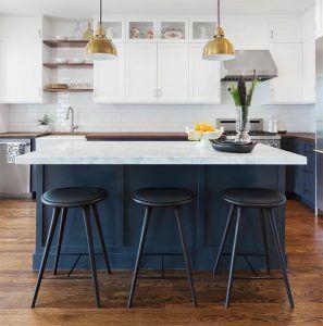Cocina Blanca Con Isla Una Moderna Cocina Blanca Con Suelo De Madera La Isla Es Perfecta Para Cocinar Amplia Muebles De Cocina Proyectos De Vivienda Muebles