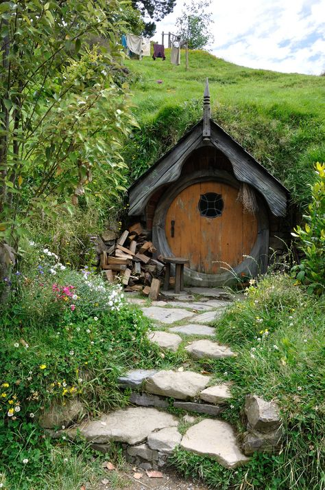 Image discovered by Chelsie. Find images and videos about lord of the rings, LOTR and hobbit hole on We Heart It - the app to get lost in what you love. Hobbit Door, The Hobbit, Casa Dos Hobbits, Fairytale House, Underground Homes, Earth Homes, Natural Building, Green Building, Cabins And Cottages