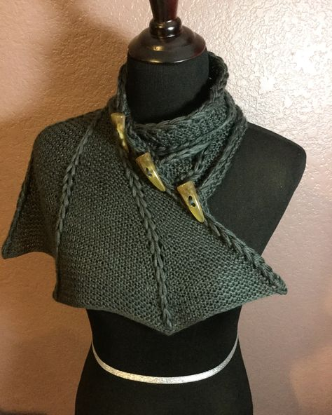 I knit this Dragon wing cowl for my kid dragon Knitting batwing Knitting Projects, Crochet Projects, Knitting Patterns, Crochet Patterns, Crochet Dragon Pattern, Mode Cool, Dragon Wing, Mode Outfits, Girl Outfits
