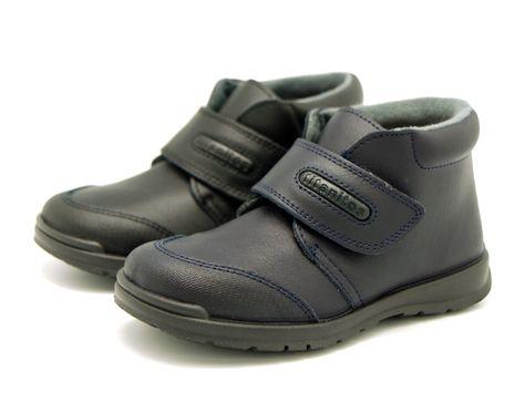 b2c82e9a Tienda online de calzado infantil Okaaspain. Calidad al mejor precio  fabricado en España. Bota colegial de piel lavable con velcro.