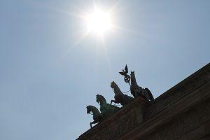Dieses Foto Von Thorsten Hulsberg Zeigt Die Quadriga Auf Dem Brandenburger Tor In Berlin Im Sonnenschein In 2020 Wochenende In Berlin Luftaufnahme Corona