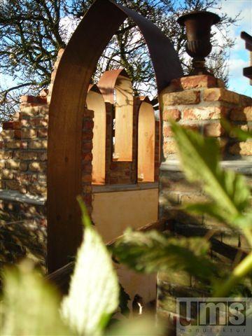 Wunderschoner Romischer Garten Mit Backsteinen Und Torbogen Aus Cortenstahl Haus Und Garten Garten Torbogen