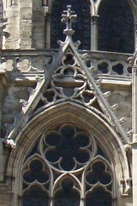 Wimperga  trójkątny szczyt dekoracyjny (ażurowy) stanowiący zwieńczenie portali, okien lub blend. Wnętrze wimpergi wypełnione jest maswerkiem, na zewnątrz natomiast znajdujemy czołganki, pinakle a szczyt może być zwieńczony kwiatonem.
