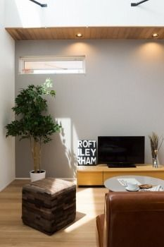 壁に沿うように少し張り出した天井部分には木目を貼ってアクセントに