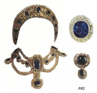 The sapphire parure consisted of a tiara in traditional kokoshnik style, a necklace, a devant de corsage, and at least two brooches. The tiara was made of one large and eight smaller sapphire surrounded by diamonds, set in a gold frame. The top was adorned with diamonds which were detachable and could be worn as a diamond riviere. The tiara was also decorated with some of Catherine the Great's diamond dress ornaments.