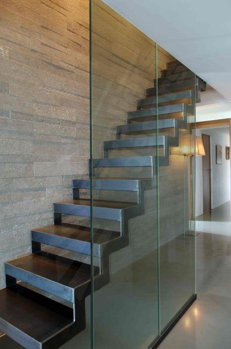 DT39 - ESCA'DROIT®. Escalier métallique d'intérieur design. Marches caisson formant un décaissé pour incrustation d'un revêtement en tôle lisse. Crémaillère intérieure et extérieure découpée en 'L'. Finition : acier brut patiné. - © Photo : Vanessa DESCHUYTENEER