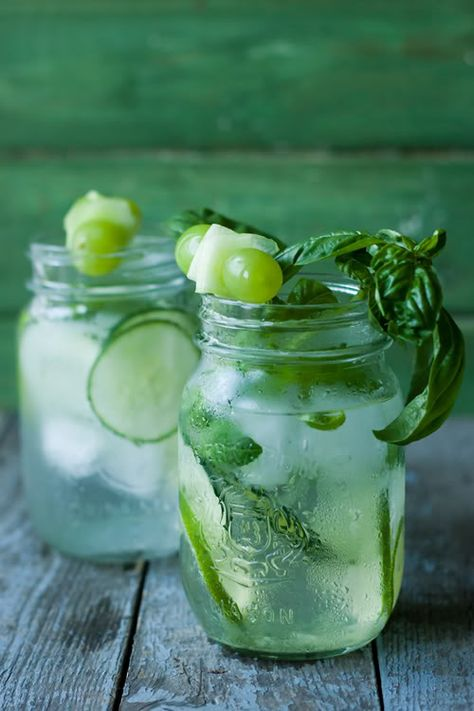 H2O améliorée {concombre, lime, basilic} - - 1 demi-concombre très frais, en rondelles ou en rubans - Une tonne de glaçons - Une poignée de feuilles de basilic - 2-3 limes (citrons verts), en rondelles + le jus d'1/2 lime - De l'eau bien froide (plate ou pétillante)  Pour la déco : raisins verts, rubans de concombre, feuilles de basilic, tranches de citron vert...