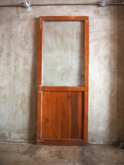 アメリカの古民家で使われていたガラスドアです アンティークものゆえの 傷や塗膜の剥がれなどがあります ドアノブや錠