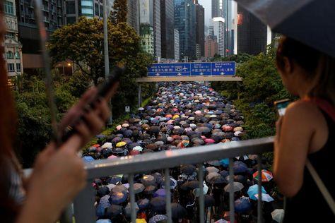 中国が香港デモ巡り情報操作か、ツイッターとFBが批判