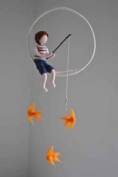 Garçon de pêche Waldorf inspiré aiguille feutrée poupée mobile: Garçon avec trois poissons