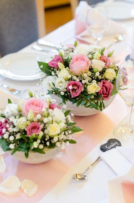 Tischdeko Zur Taufe Selber Machen Gesteck In Rosa Und Weiss Blumigo Tischdekoration Hochzeit Blumen Hochzeitsdekoration Blumengestecke Hochzeit