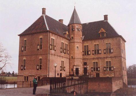 In Vorden staan enkele prachtige kastelen en huizen. Vaak met lange oprijlanen. (1994)
